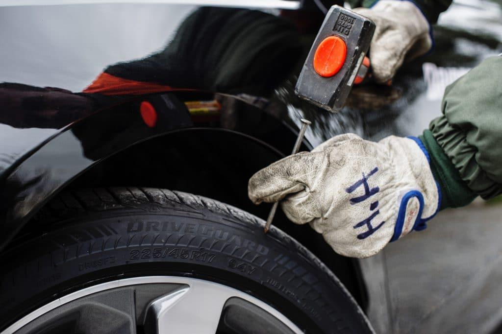 Reifenkontroll auf Schäden